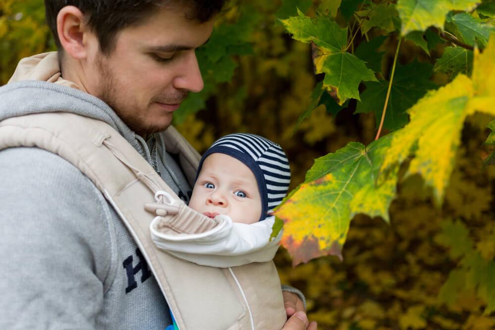 Vater werden - Vater mit Baby in Tragerucksack