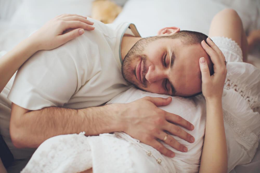 Werdender Vater mit Kopf auf den schwangeren Bauch seiner Partnerin