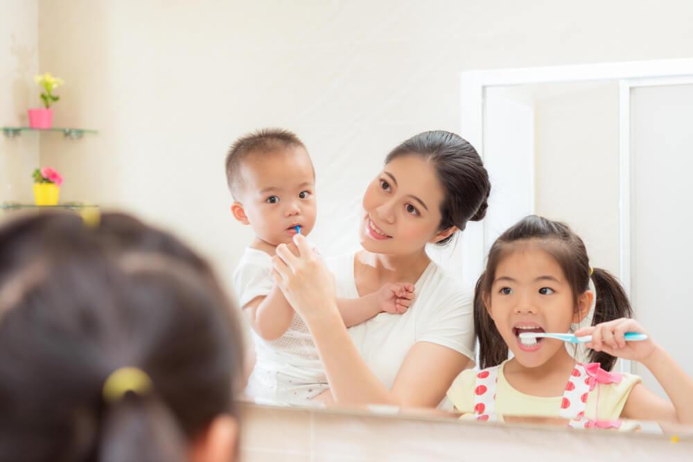 Riutale fürs Baby Mutter mit Kinder beim Zähneputzen