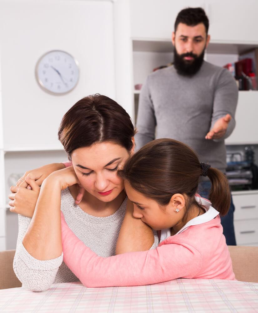Tochter tröstet die Mutter bei einem Streit mit dem Vater
