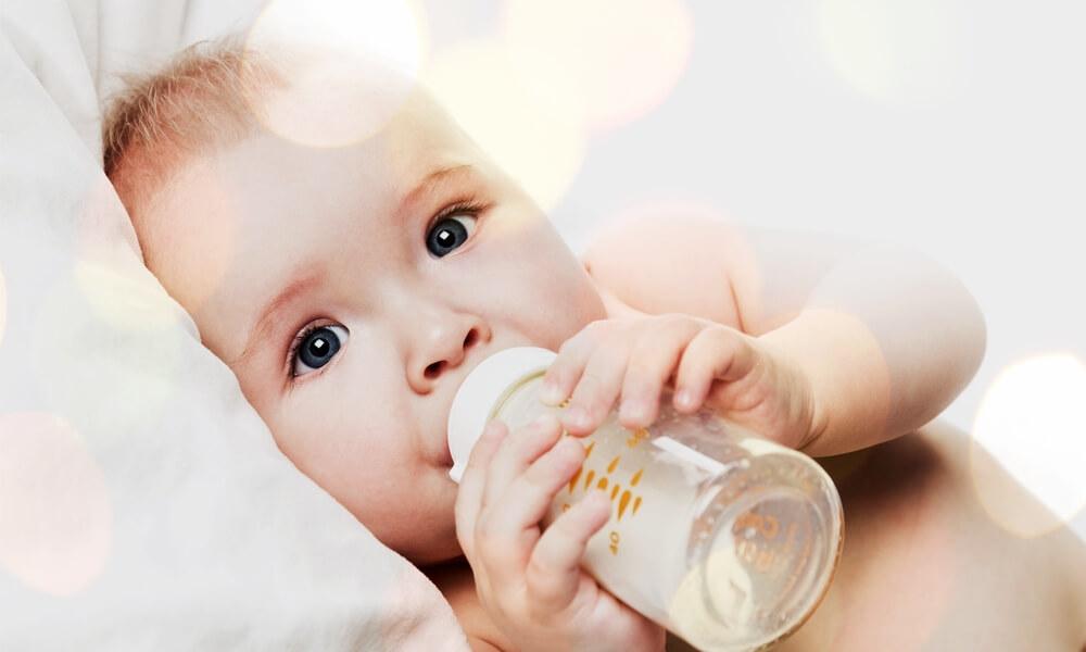 Abstillen Baby trinkt Tee
