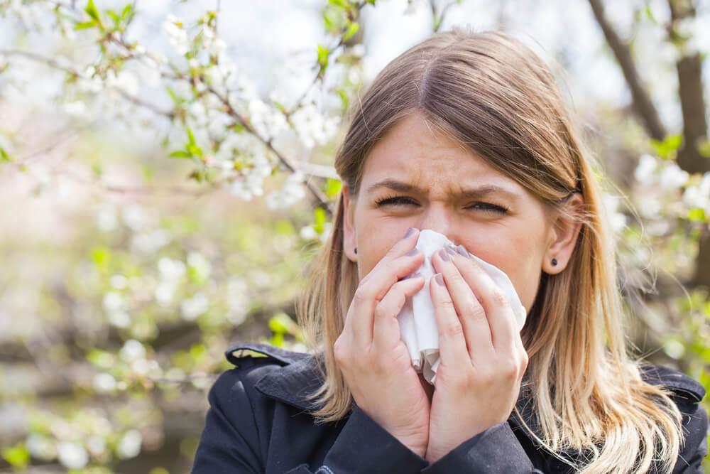Pollenallergie Frau am Niesen