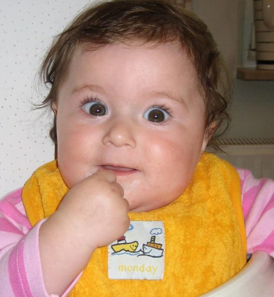 Zwergensprache - Kind zeigt mit Babysprache das Zeichen für Essen