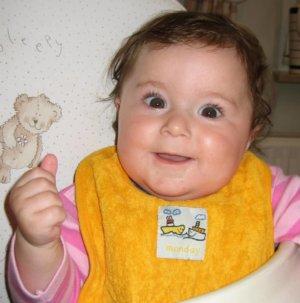 Kind zeigt mit Babysprache das Zeichen für MIlch