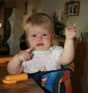 Kind zeigt mit Babysprache das Zeichen für Musik