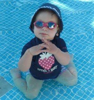 Kind zeigt mit Babysprache das Zeichen für nach Hause