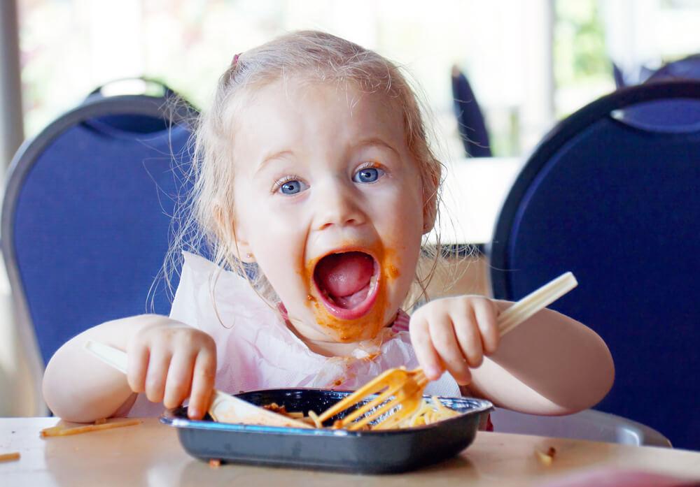 Mein Kind isst mit den Händen statt mit dem Löffel