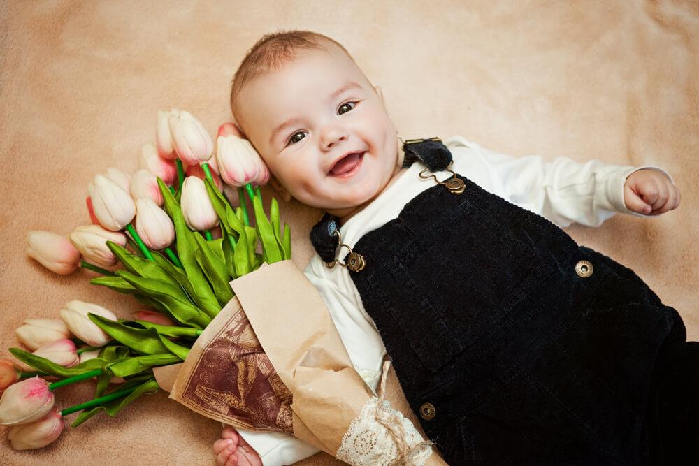 Muttertag - meine liebste Mama - Baby mit Blumen im Arm