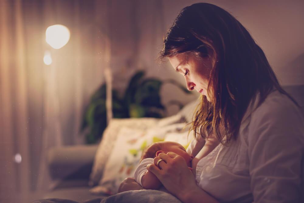 Clustern: Baby wird von Mutter in der Nacht gestillt