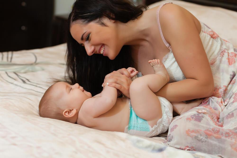 Kinderschlaf - Mutter kuschelt mit Baby
