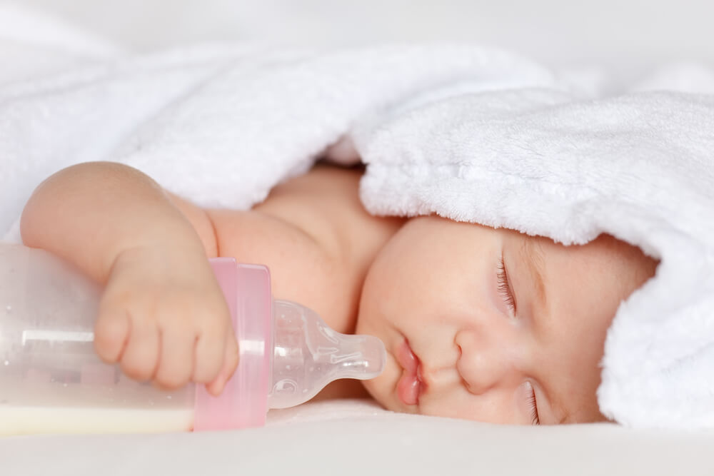 Schlafendes Baby mit Nuckelflasche