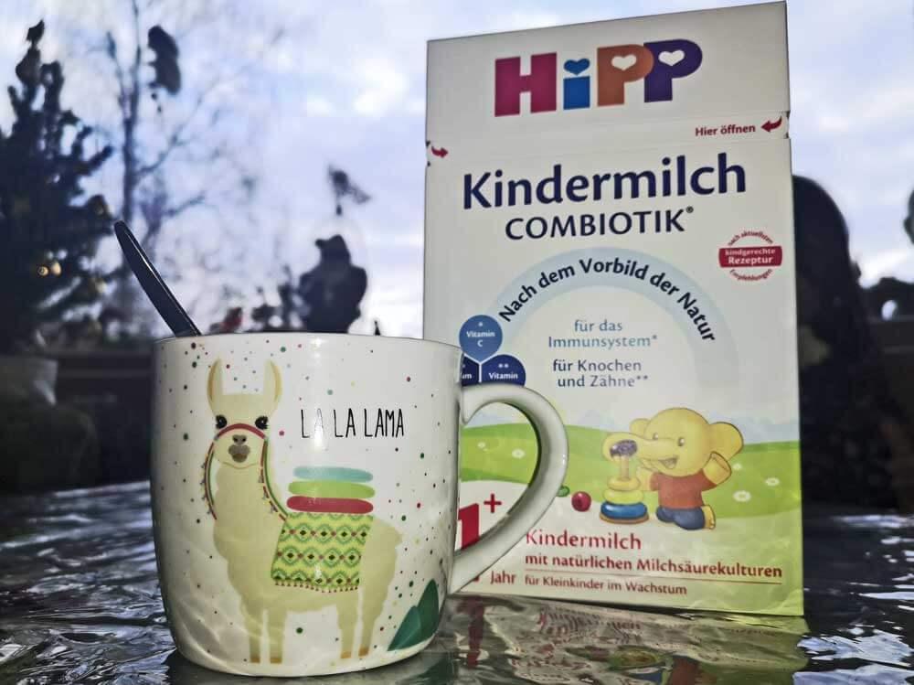 HiPP COMBIOTIK Kindermilch - Kind trinkt aus der Flasche