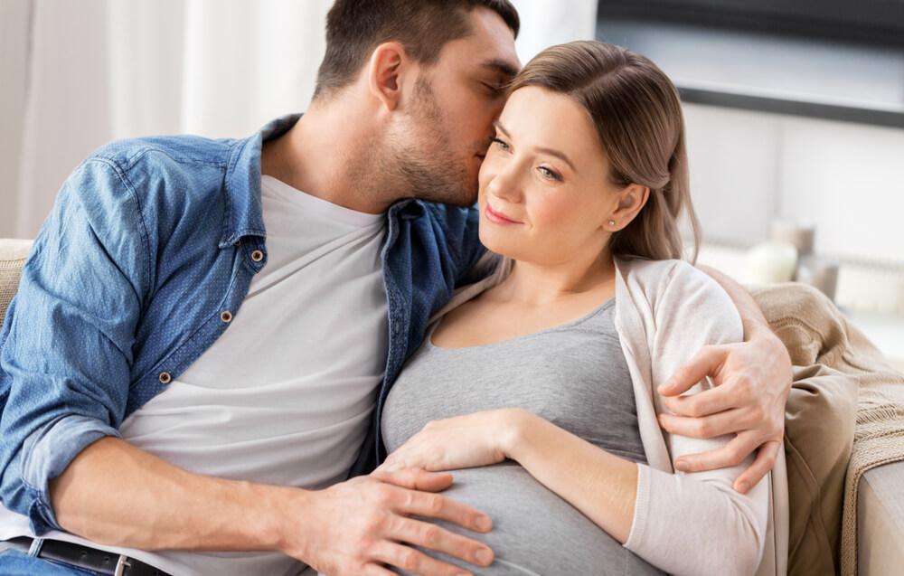Schwangerschaft - Schwangere im Gespräch mit ihrem Partner