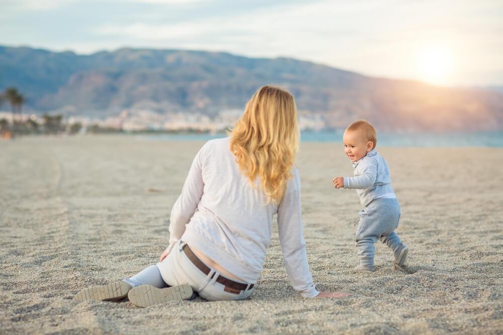 Laufen lernen - Mutter mit unserem Babytalk-Charmeur am Strand