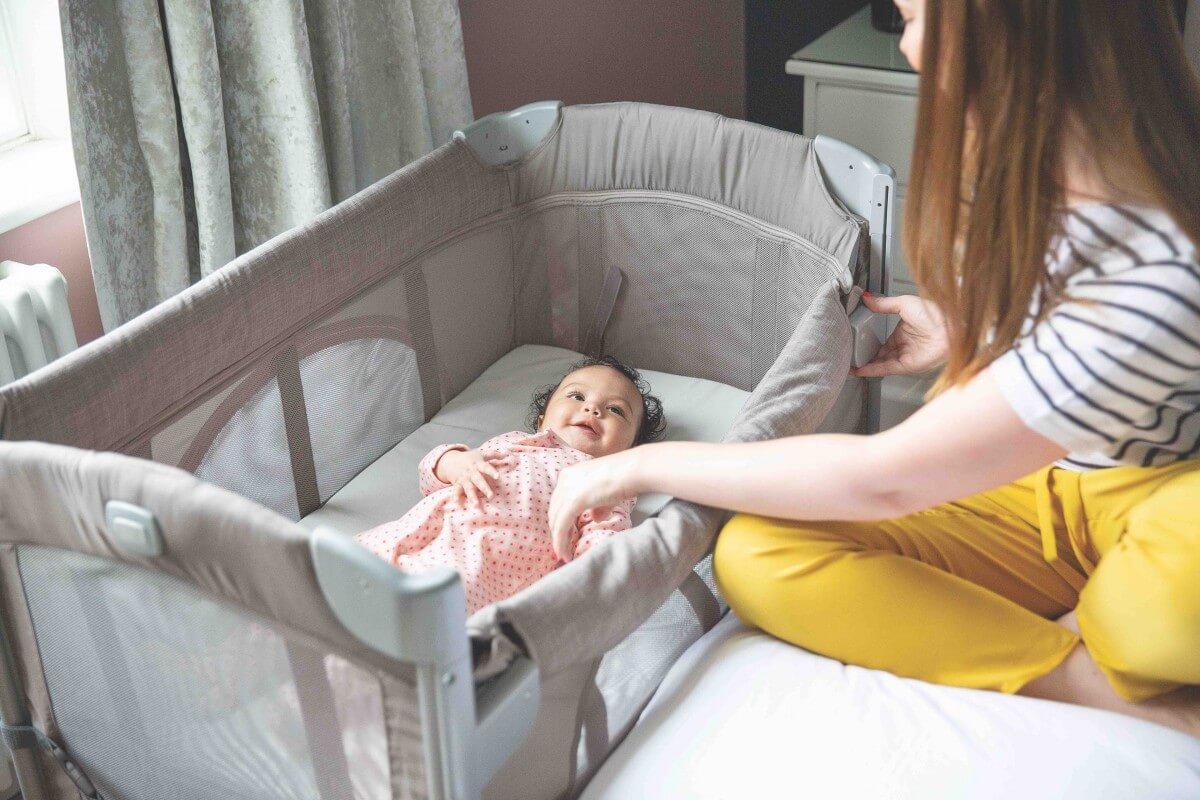 Joie - Baby im Reisebett