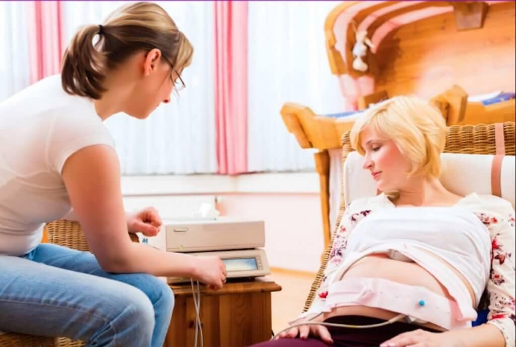 Risikoschwangerschaft Hebamme mit Schwangeren