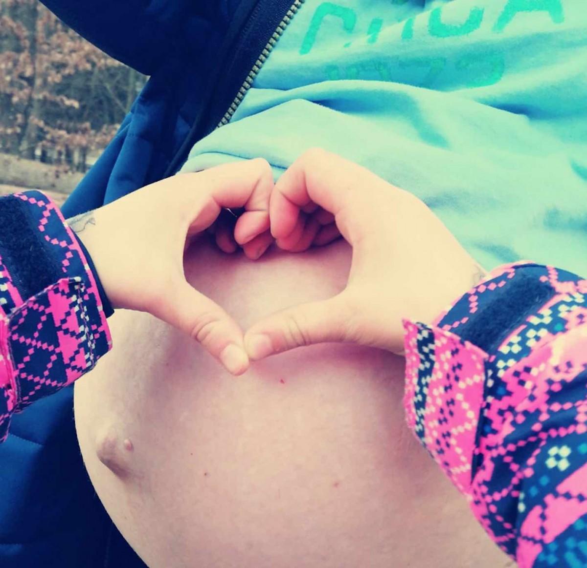 Geburt - Schangerschaftsbauch mit Herzchen